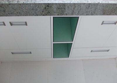 Marcenaria Miranda Design - Gabinete com nichos em vidro verde